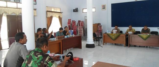 Rapat penentuan pemasangan lokasi APK di Pendopo Kecamatan Kaliwiro.