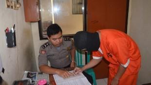 MENIPU DAN MENGGELAPKAN KAMERA DI TANGKAP POLISI