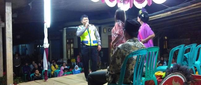 Hadiri Undangan Tirakatan Kapolsek Selomerto Sumbang Lagu Kandas