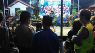 Duet Kapolsek dan Waka Polsek Selomerto Amankan Hiburan Rakyat