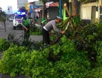 Ranting pohon Patah, menutup sebagian jalan