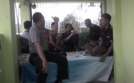 Kanit Binmas memberikan himbauan kepada petugas ronda