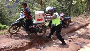 POLISI BERSAMA PARA PEJUANG DEMOKRASI INI KAWAL KOTAK SUARA KE PPK