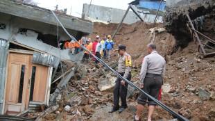 Meski Sibuk Amankan Pemilu, Satgas Bencana Alam Polres Wonosobo Tetap Bantu Evakuasi Korban Tanah longsor