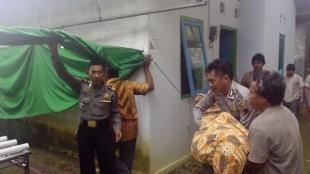 angkat korbandari TKP ke pemandian jenazah