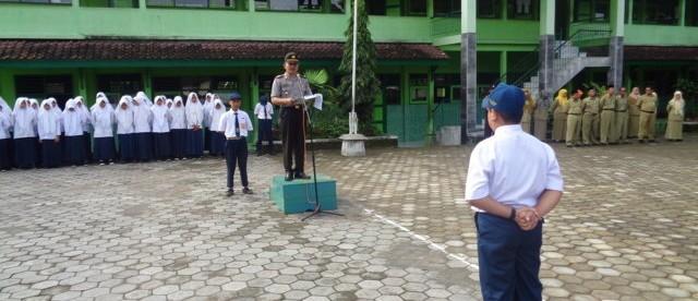 Kapolsek menyampaikan amanat saat menjadi inspektur upacara