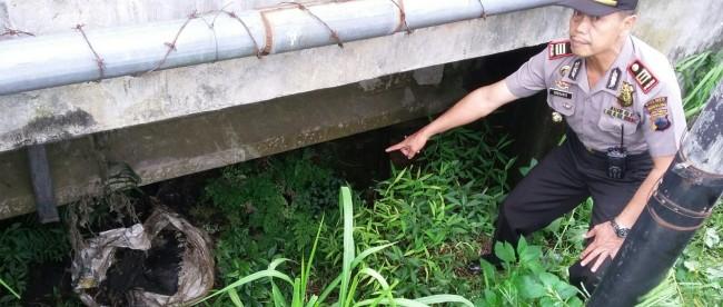 Kapolsek Kertek menunjukkan TKP penemuan mayat