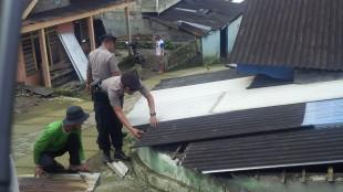 Kerja bakti gotong royong perbaiki rumah korban puting beliung