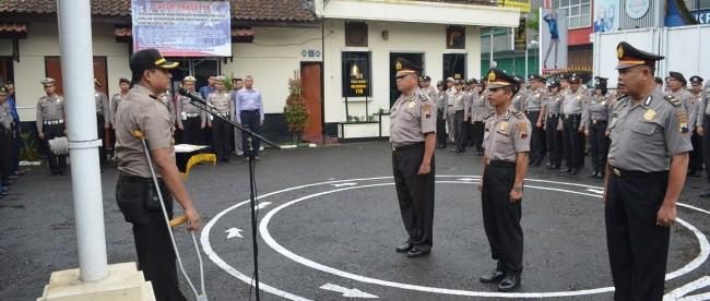 Kapolres berikan penghargaan kepada Perwira yang akan purna tugas