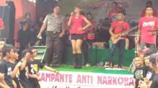 Operasi Bersinar candi 2016 Polres Wonosobo : Aiptu Sarpan mengajak Penonton Ndangdut untuk Anti Narkoba