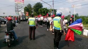 Personil Polsek Mojotengah Turga di tiap penggal jalan.