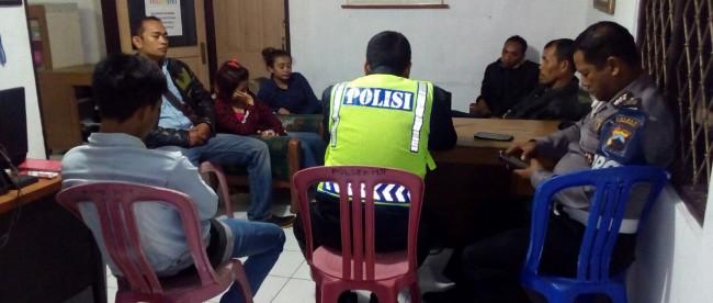 Dua ABG perempuan dibawa ke Polsek Mojotengah karena nginap dirumah kawan laki lakinya lebih dari 24 jam