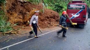 Kanit Dikyasa membantu evakuasi