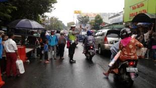 Sigapnya Polantas Wonosobo atur lalin di depan Pasar Induk