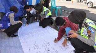 Masyarakat turut berpartisipasi dalam kain harapan