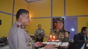 Kapten Sugeng memberikan kejutan roti tart kepada Kapolres Wonosobo