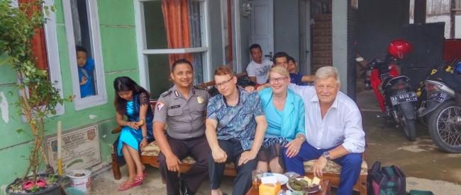 Bripka Pujiatmoko Bhabinkamtibmas Polsek Mojotengah berpesan kamtibmas dengan wisatawan dari Negara Belanda