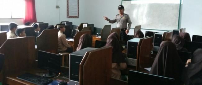 Kanit Binmas Polsek Mojotengah Aiptu Bardi NA saat sedang melaksanakan pembinaan melalui penyuluhan di SMP Takhasus Al Quran 2 Deroduwur