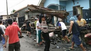 Personil Polsek Mojotengah Brigadir Rahmawan Khoirul Muna bersama waraga membersihkan puing puing sisa kebakaran di Kampung Manggisan Lama 1/8 Kelurahan Mudal Kecamatan Mojotengah Wonosobo