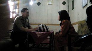 Tak terasa Ibu Juhariah menitikkan air mata saat Aipda Nursidiq Pratomo, SH menyerahkan bingkisan sembako salah satu Program Polres Wonosobo Peduli