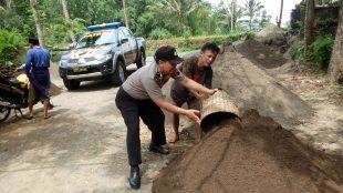 Aipda Nursidiq Pratomo, SH sedang membantu warganya yang sedang melangsir (angkut) pasir, selain itu juga berbincang untuk menampung aspirasi dan masukan dari warganya