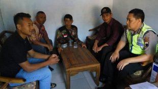 Aipda Nursidiq Pratomo, SH berbincang dengan bakal calon Kepala Dusun (Kadus) WIDIYATNO 27 Tahun Alamat Pungangan Jurang 4/2 yang didampingi oleh Kepala Desa Bp. Supriyono beserta Perangkat Desa yang lain