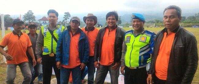 Personil Polsek Mojotengah Aiptu Wahyu Ardianto dan Brigadir Johan Ari Setyawan melaksanakan pengamanan pertandingan open turnamen sepak bola
