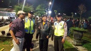 Personil Polsek Sapuran Bripka Budi Andi Triyanto dan Bripka Sandi Haryanto saat berpatroli menjelang pergantian Tahun di Alun alun Kecamatan Sapuran, Minggu (31/12/2017)
