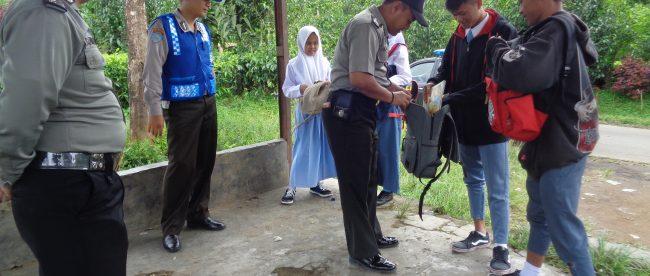 Kanit Binmas Polsek Sapuran Bripka Sandi Haryanto melaksanakan pembinaan di tempat kepada pemuda yang keluyuran pada saat jam sekolah