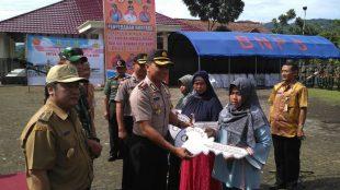 Kapolres Wonosobo AKBP Abdul Waras S.I.K meyerahkan bantuan simbolis kepada masyarakat yang terkena bencana