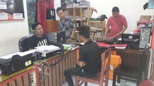 Brigadir Bramasta Briant P. Unit Reskrim Polsek Sapuran Polres Wonosobo saat memeriksa tersangka pencurian di Dusun Kauman Kecamatan Sapuan