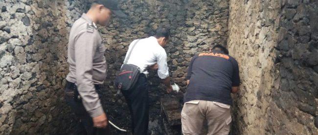 Personil Polsek Sapiuran Polres Wonosobo melaksanakan Olah Tempat Kejadain Perkara di lokasi kebakaran rumah milik Bp. Sarnoto Dusun Jagrungan Desa Rimpak Kecamatan Sapuran