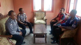 Kapolsek Sapuran AKP Ismnata, SH dengan bberapa anggotanya saat mengunjungi Sdr. Muhamad Novan Efendi ketua PPK Kecamatan Sapuran