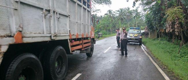 Aksi tanam pohon dijalan yang berlubang oleh warga Dusun Pundung Desa Pecekelan menyebapkan terhambatnya arus lalilntas baik yang akan masuk Wonosobo maupun keluar wonosobo