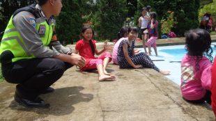 Personil Polsek Sapuran Polres Wonosobo mengingatkan pengunjung kolam renang di Obyek Wisata Agro