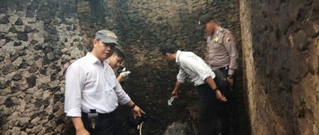 Kanit Reskrim Polsek Sapuran Polres Wonosobo saat berada dilokasi kebakaran rumah milik Bp. Sarnoto di Dusun Jagungan Desa Rimpak Sapuran
