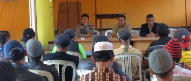 tidak puas dengan kepala desa warga pucungsari sirebut demo di balaidesa adiwarno