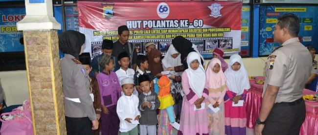 Ketua Cabang Bhayangkari Wonosobo bersama Kapolres dan Kasatlantas memberikan santunan kepada anak yatim piatu