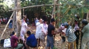 Anggota Polsek Sukoharjo bersama warga melaksanakan penyembelihan korban di hari ke 2