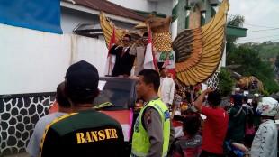 Anggota Polsek Wonosobo Melaksanakan Pawai Karnaval Kendaraan Hias Kelurahan Kejiwan, dalam rangka memperingati Tahun Baru Islam 1437 H