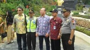 2 kapolsek bersama perwakilan keluaga cendana di Jalan Soeharto