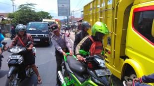 Aiptu Suharno Membantu Kecelakaan di Depan Pasar selomerto