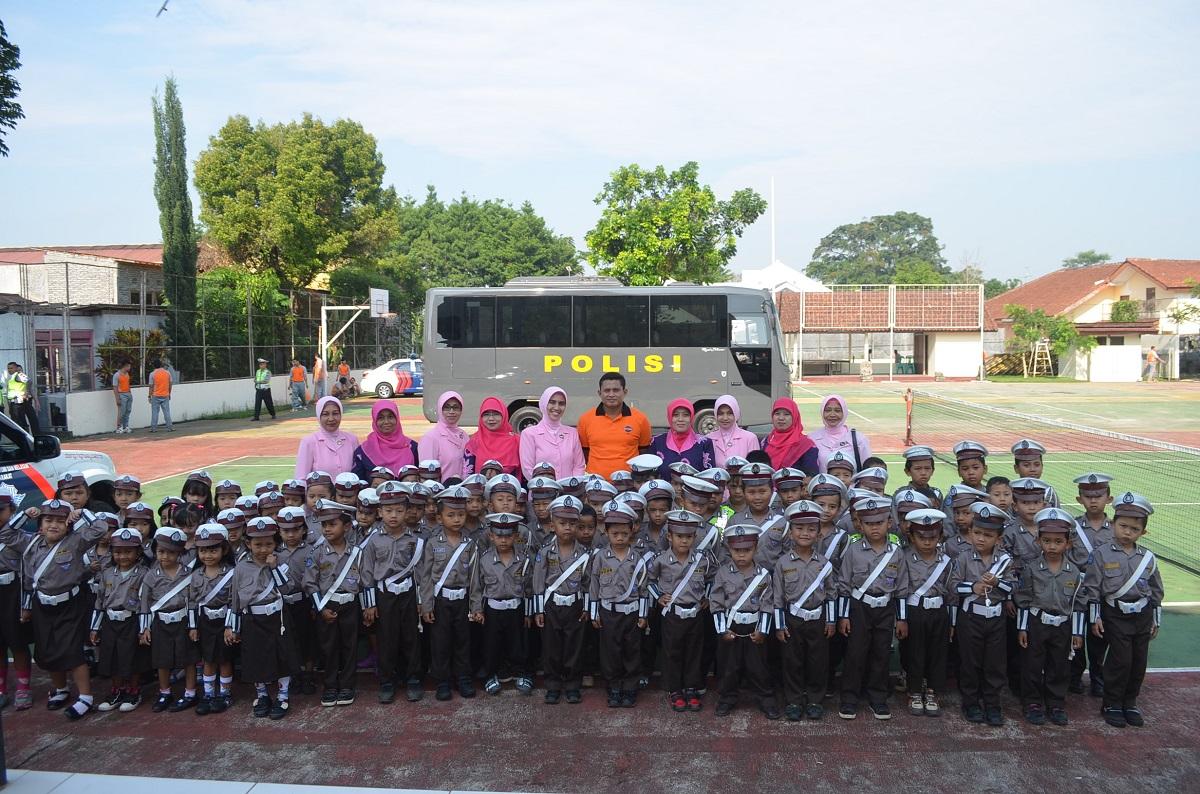 Siswa TK Bhayangkari Berfoto bersama Kapolres dan Ketua Yayasan