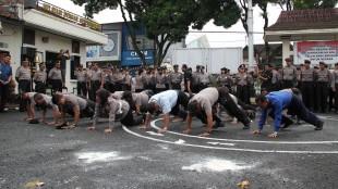 Pejabat Polres dihukum Push Up