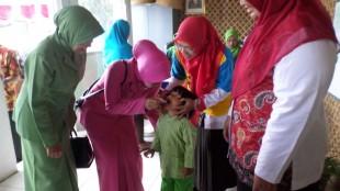 Ketua Cabang Bhayangkari Wonosobo ikut berikan imunisasi