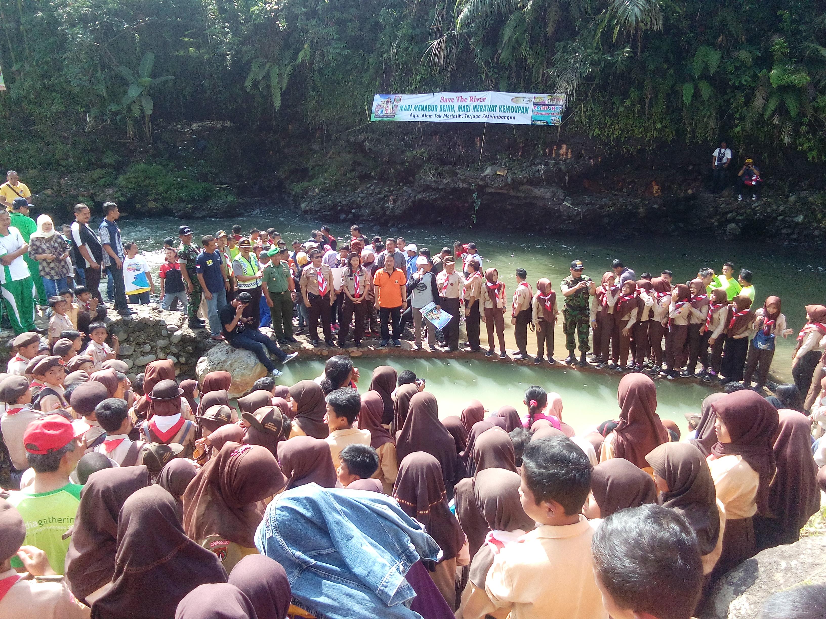 Menggunakan baju pramuka perwakilan dari tingkat SD, SMP dan SLTA se Kecamatan Mojotengah yang mengikuti kegiatan tersebut.