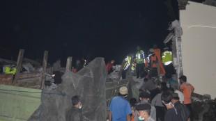 Polri, SAR dan BPDB Wonosobo bahu membahu evakuasi bangkai truk