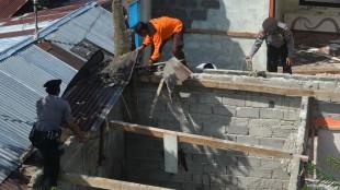 Kasat Sabhara dan Anggota bersama masyarakat membersihkan puing rumah korban puting beliung