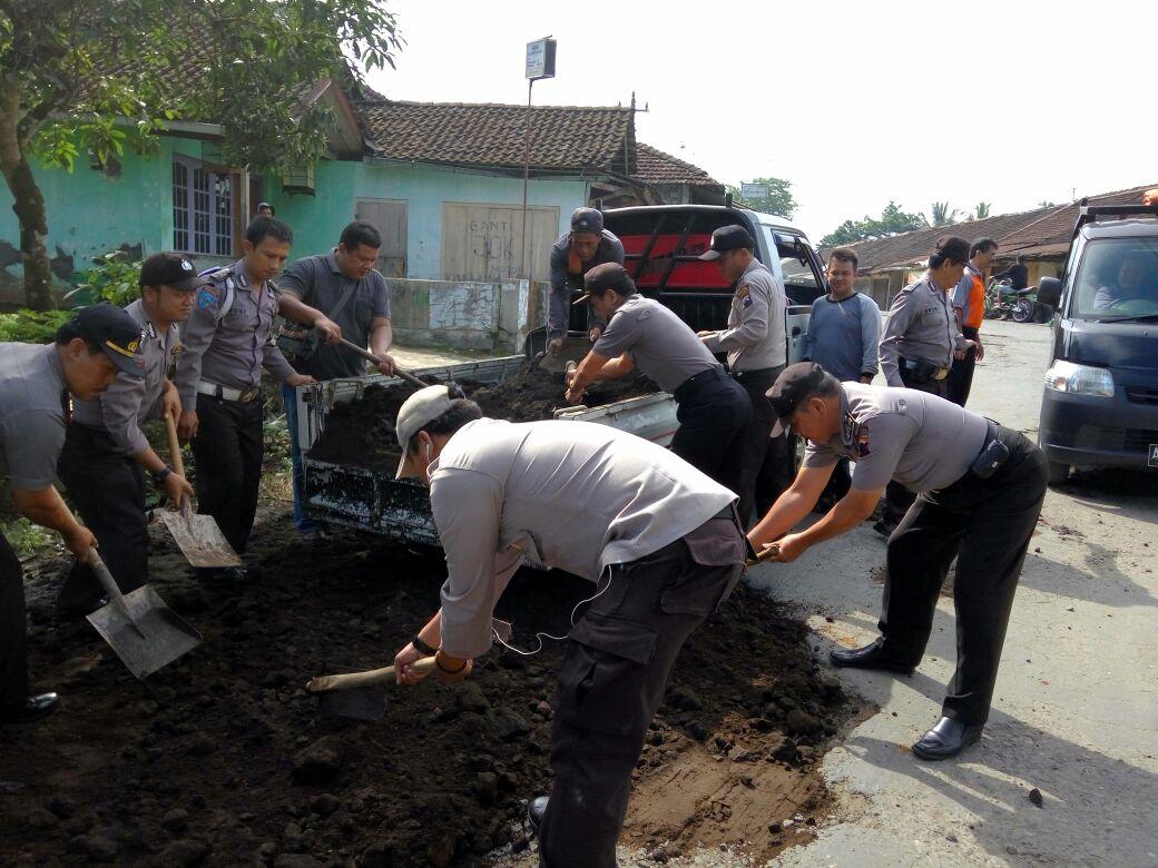 May Day :  Buruh dan Polsek Kepil Baksos Menutup Jalan Berlubang