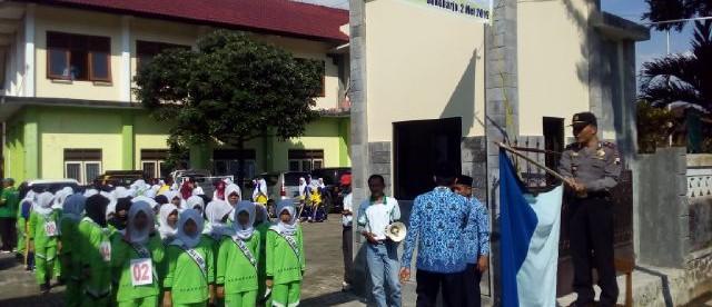 Wakapolsek mengibarkan bendera start